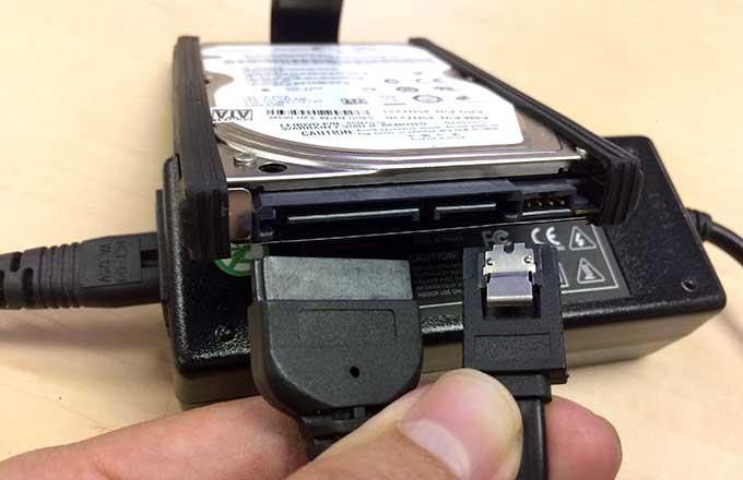 HDDをUSB接続変換アダプタに接続